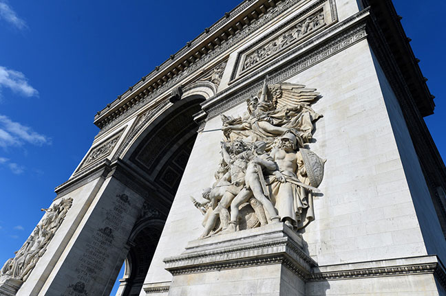 4 bức tượng điêu khắc lớn ở 4 chân khải hoàn môn