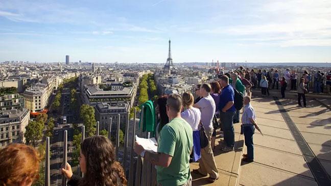 đứng trên đỉnh khải hoàn môn nhìn về tháp eiffel