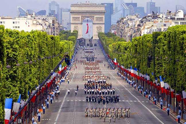 một cuộc diễu hành tại đại lộchamps-élysées