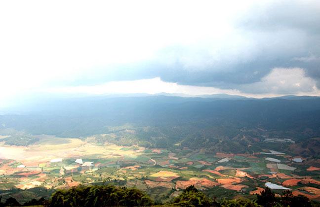 cảnh quan mờ ảo từ hướng tây của núi langbiang