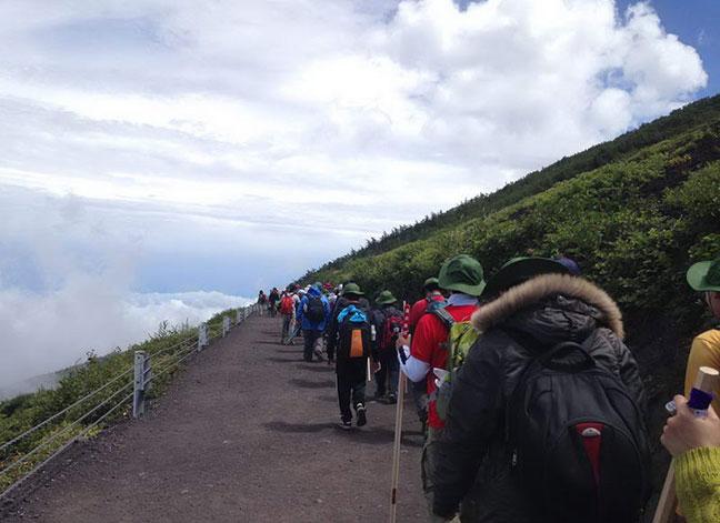 du khách đến leo núi phu sĩ thành 1 hàng dài