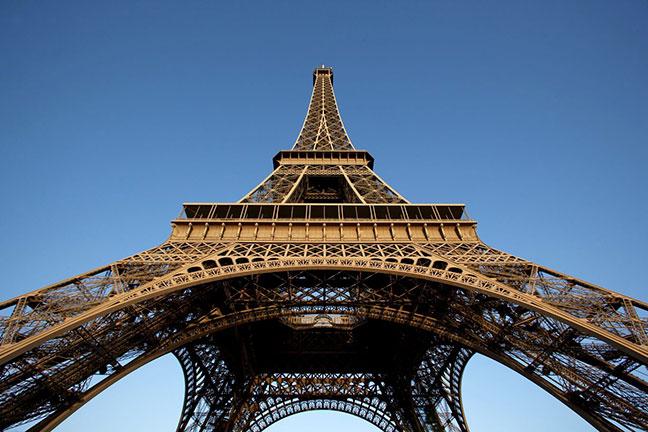 tháp eiffel cao sừng sững