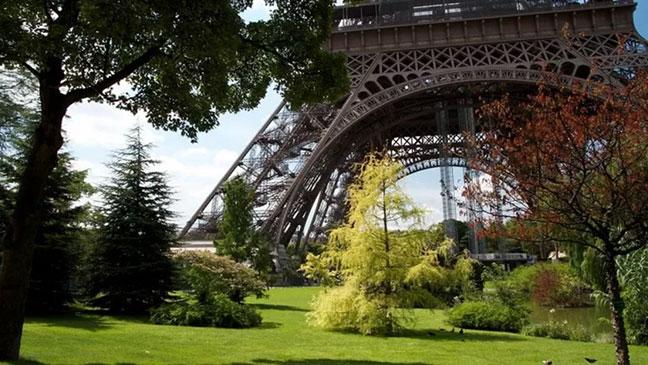 chân tháp eiffel ởcông viên champ-de-mars