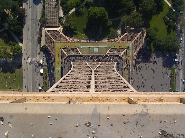 nhìn xuống chân tháp eiffel