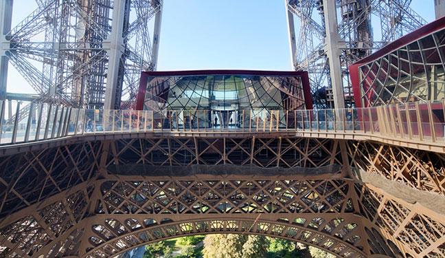 tầng 1 tháp eiffel có sức chứa khoảng 3000 du khách