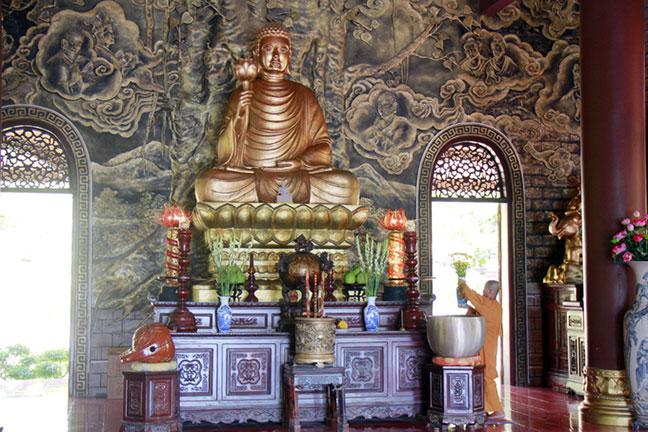 Tượng Phật Thích Ca thiền định trên tòa sen