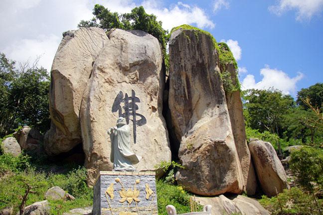 Chữ Phật được khắc lên cụm những hòn đá lớn nhất