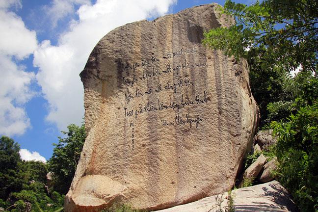 Thơ của thiền sư Chân Nguyên khắc trên khối đá hình voi